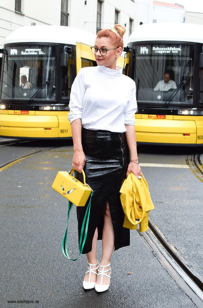 weiße Bluse und studded Heels in weiß, gelber Blazer, gelbe Tasche