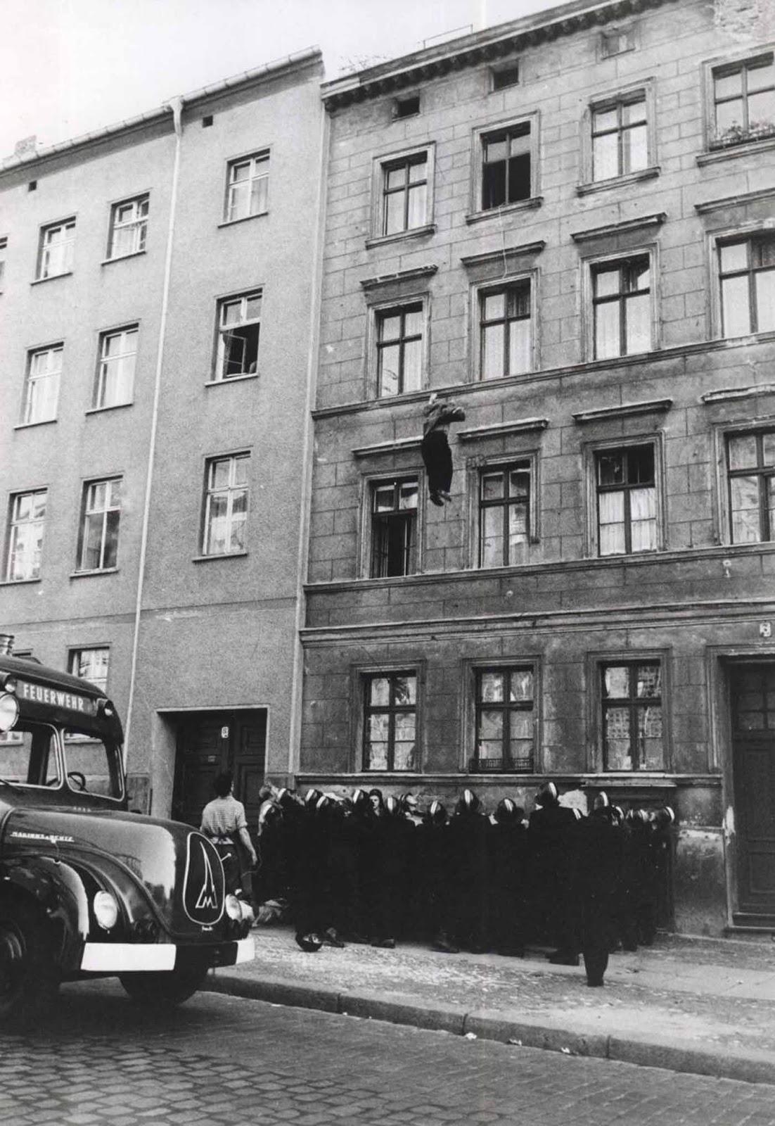 El padre, Willy Finder, saltando al oeste de Berlín.