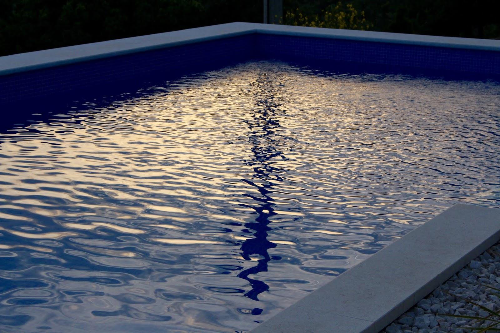 Pool der Villa Hill View in der Abenddämmerung