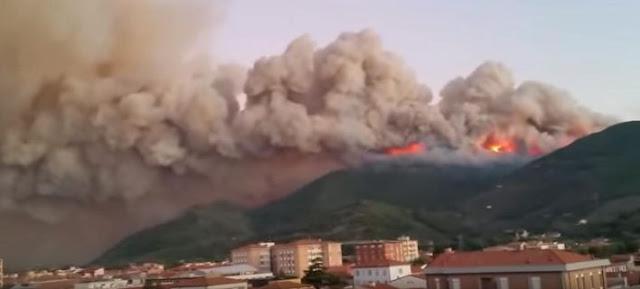 Μεγάλη φωτιά στην Τοσκάνη της Ιταλίας - Εκατοντάδες πολίτες εγκαταλείπουν τα σπίτια τους (βίντεο)