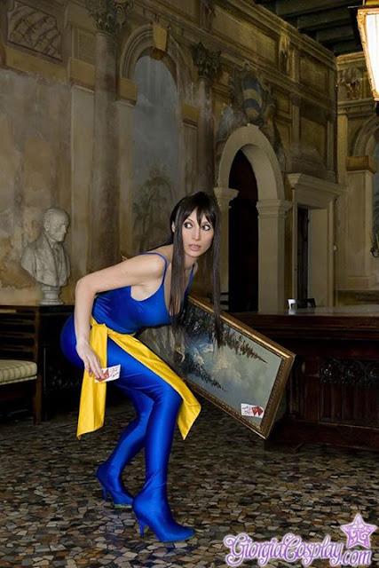 Giorgia Cosplay ladrona robando un cuadro.