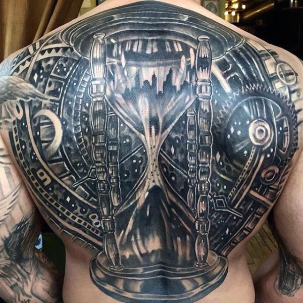 Tatuajes en la espalda de reloj de arena