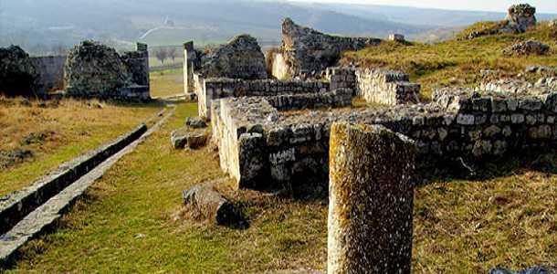 Monumentul triumfal şi cetatea Tropaeum Traian din Adamclisi, Constanța.