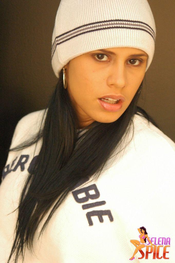 Andrea Rincon, Selena Spice Galeria 19: Buso Blanco y Jean Negro, Estilo Rapero Foto 1