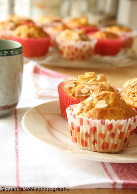 Muffin con pesche e amaretti