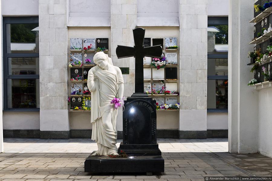 Скульптура в колумбарии Ваганьковского кладбища