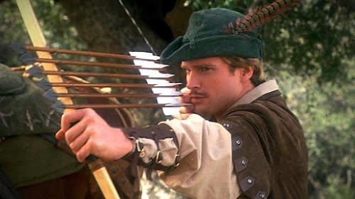 Cary Elwes, interpretando Robin Hood, aponta suas flechas em cena do filme A Louca! Louca História de Robin Hood (1993)