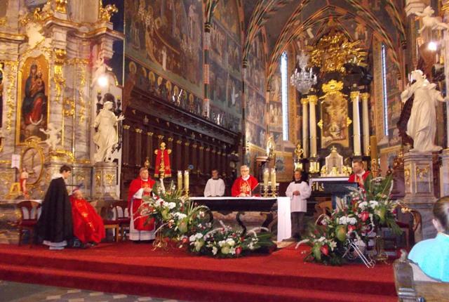 Sandomierz, bp Wacław Świerzawski - biskup senior w katedrze