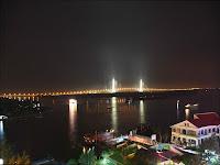 Foto nocturna del Puente de Can Tho en Vietnam