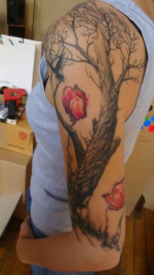 vemos a una chica que lleva el tatuaje de un arbol