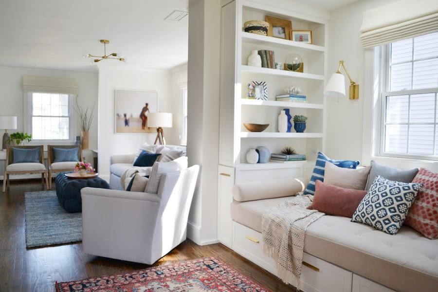 Sala de estar en un salón alargado