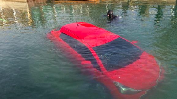 Ikuti GPS, Wanita Ini Kendarai Mobilnya Sampai Kecebur Masuk Danau
