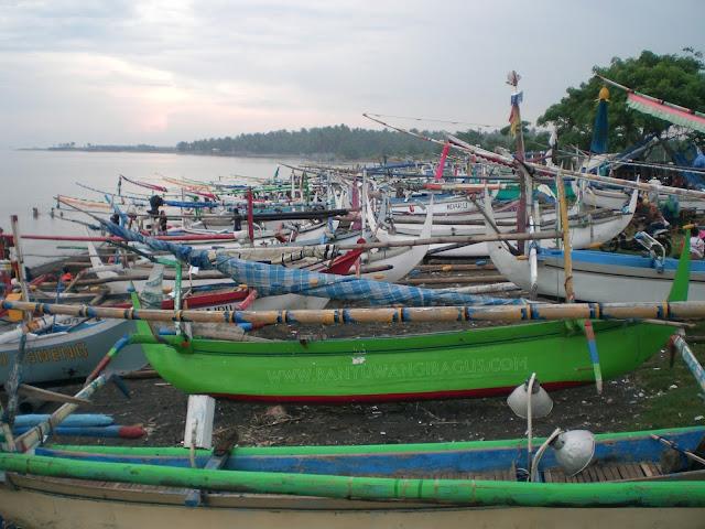 Perahu nelayan di Pantai Blimbingsari, Banyuwangi.