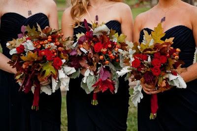 bouquet da sposa con foglie fiori e bacche