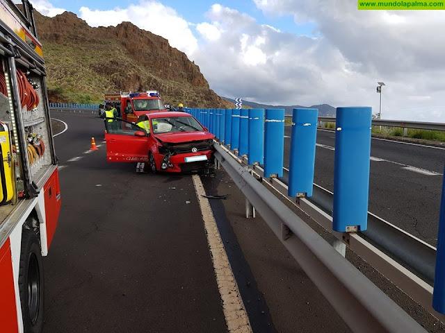 Los Bomberos liberan al ooupante de un vehículo accidentado en Breña Alta
