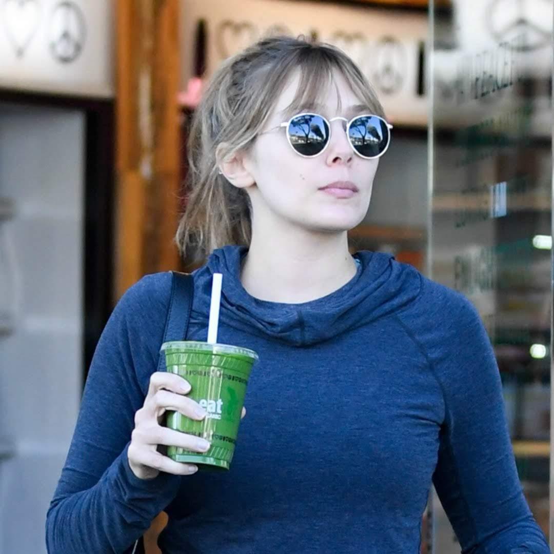 Elizabeth Olsen Leaving Kreation in Los Angeles : クリエイションで、スムージーを買ってきたエリザベス・オルセン ! !