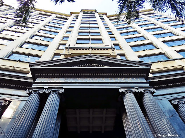 Perspectiva inferior da fachada do prédio Caixa Cultural São Paulo - Edifício Sé - Praça da Sé