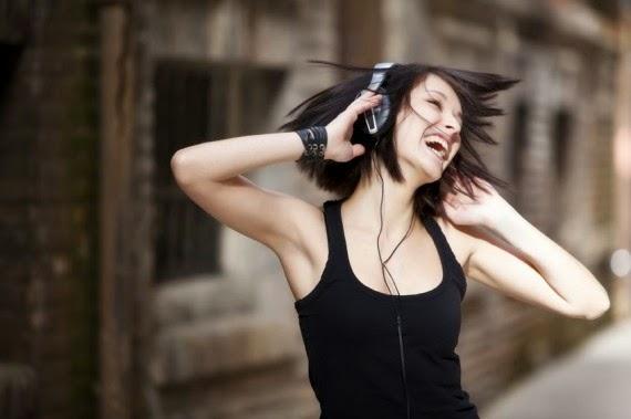 Música alta pode levar um bilhão de jovens a surdez; saiba como se proteger