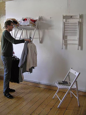 sillas plegables harán las veces de armario.