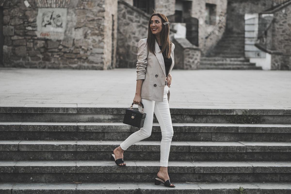 blazer lino y look con vaqueros blancos