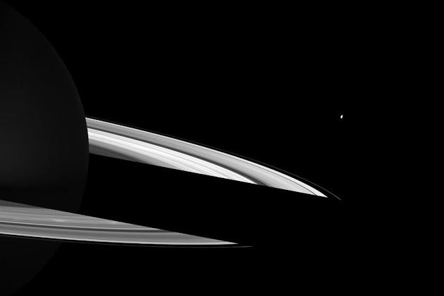 Bóng đổ của Sao Thổ che khuất một đoạn vành đai nằm phía sau. Vệ tinh Enceladus có thể được nhìn thấy trong hình. Đây là hình ảnh được phơi sáng lâu để làm rõ các phần sáng trong hình, trên thực tế chúng khá mờ nhạt và không được rõ ràng. Hình ảnh: NASA/JPL.