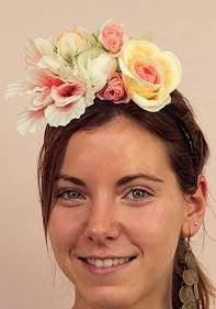 http://lasmanualidades.imujer.com/6739/como-hacer-una-corona-de-flores