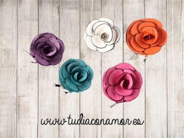 Si buscáis el recuerdo ideal para mujer, este monedero tan bonito con forma de flor es perfecto para vuestras invitadas mayores y jóvenes