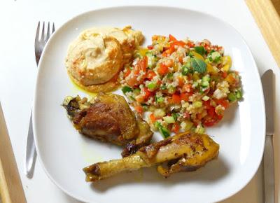 Safranhähnchen mit Bulgur-Gemüse-Salat und Hummus