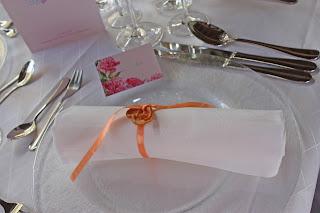 Tischkarten von der Kartenmacherei mit Pfingstrosenmotiv - Hochzeit im Seehaus am Riessersee, Hochzeitshotel Garmisch. #wedding venue #Hochzeitshotel #Garmisch #Bavaria #Bayern