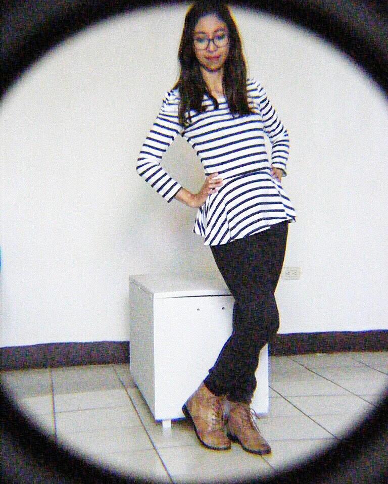 51eed14b80 Se combinó con una blusa con rayas horizontales y unos leggings negros