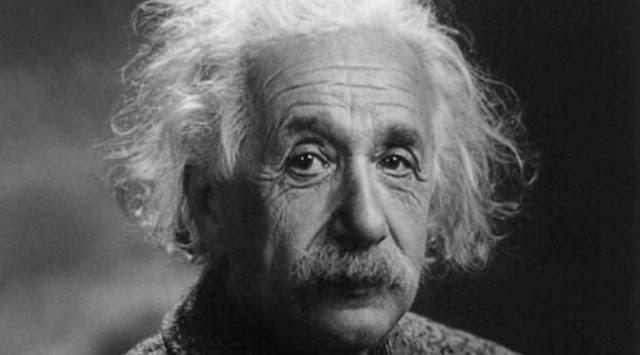 Albert Einstein memperlihatkan TIP dengan catatan seharga Rp  Berita Terhangat Catatan Milik Albert Einstein Laku Rp 22 M, Apa Isinya?