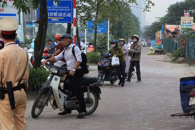 Lạ lùng cảnh hàng trăm người dắt xe máy ngược chiều đối phó CSGT ở Hà Nội 11