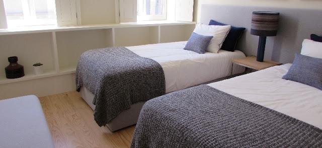 duas camas de solteiro em quarto de apartamento turístico