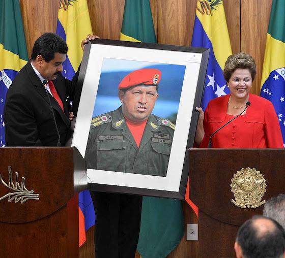 Dilma Rousseff recebe quadro de Hugo Chávez no Palácio do Planalto.