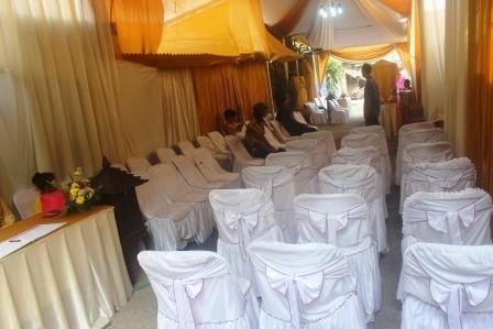 menata halaman rumah menjadi aula pesta pernikahan.