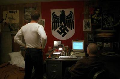 Kamar Derek yang dipenuhi atribut Nazi