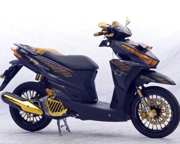 FotoGambar Modifikasi Keren Honda Vario Techno dengan paduan dua warna hitam pekat dan sedikit menambah warna gold yang sangat cocok warna gold diberikan pada sepasang spion knalpot serta pada bagian jari-jari dan bagian jok juga dicostum