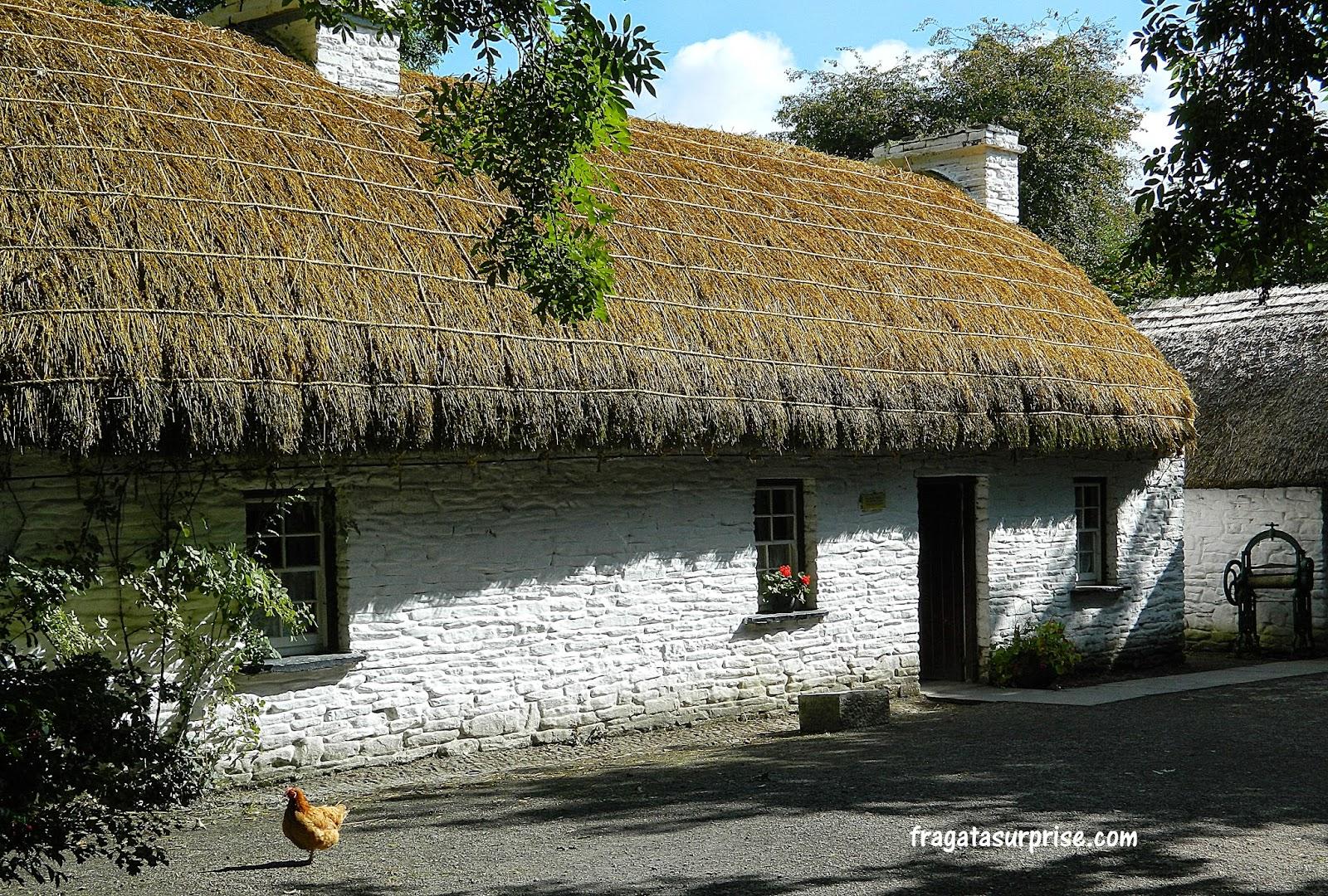 Típico telhado de palha das Ilhas Britânicas (thatched roof), no Folk Park do Castelo de Bunratty, em  Limerick, Irlanda