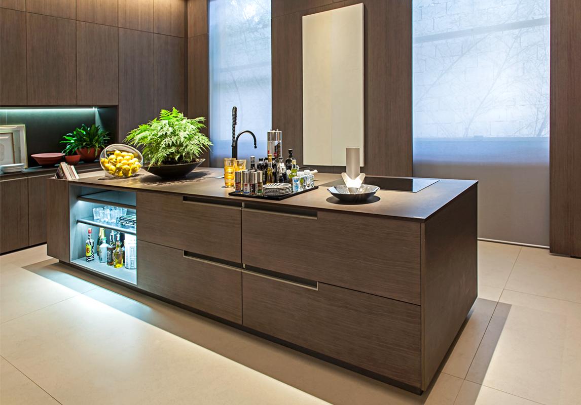 Cozinha monocromática marrom com bancada de dekton e marcenaria com  #376C94 1146 800