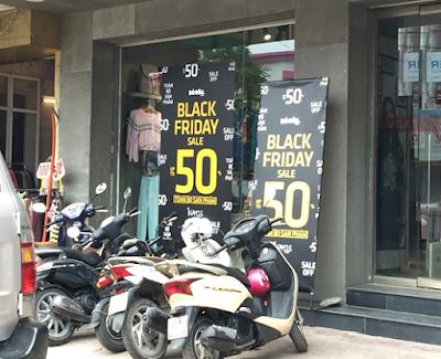 Nhiều tấm áp phích  quảng cáo cho sự kiện này được đặt ngay phía trước cửa hàng ở một số con phố lớn Hà Nội