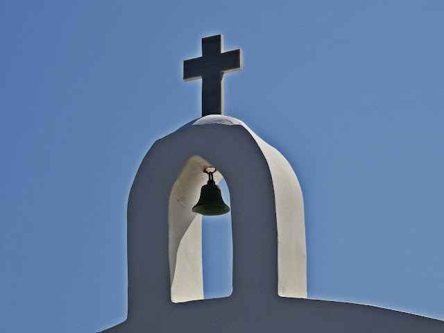 biały kościółek nad brzegiem morza Grecja
