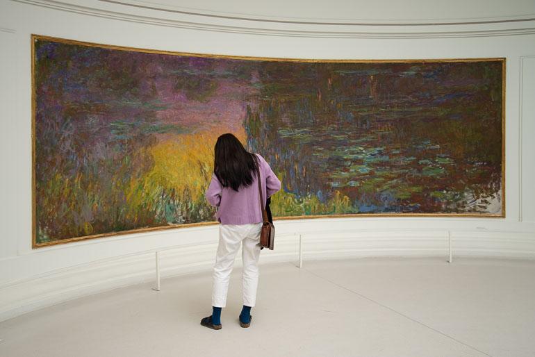 Une visiteuse davant un des tableaux des Nymphéas de Claude Monet au musée de l'Orangerie