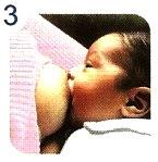 Imagen de un bebé con la teta en la boca