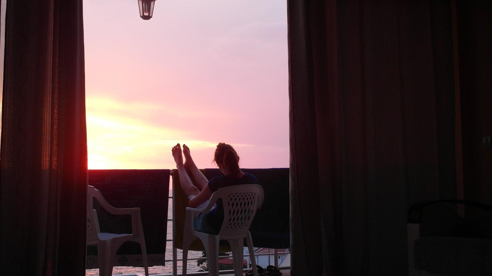 Večerní relax na balkoně na dovolené