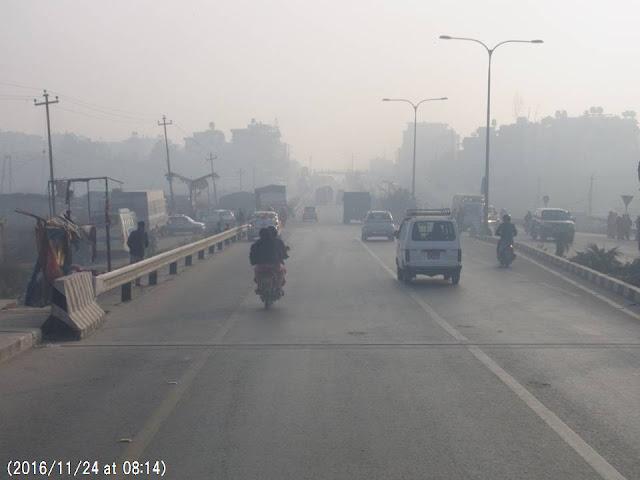 写真13 カトマンズ・バクタプール間の大気汚染