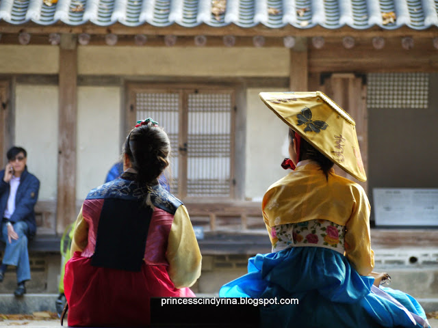 girls in traditional Korean costume
