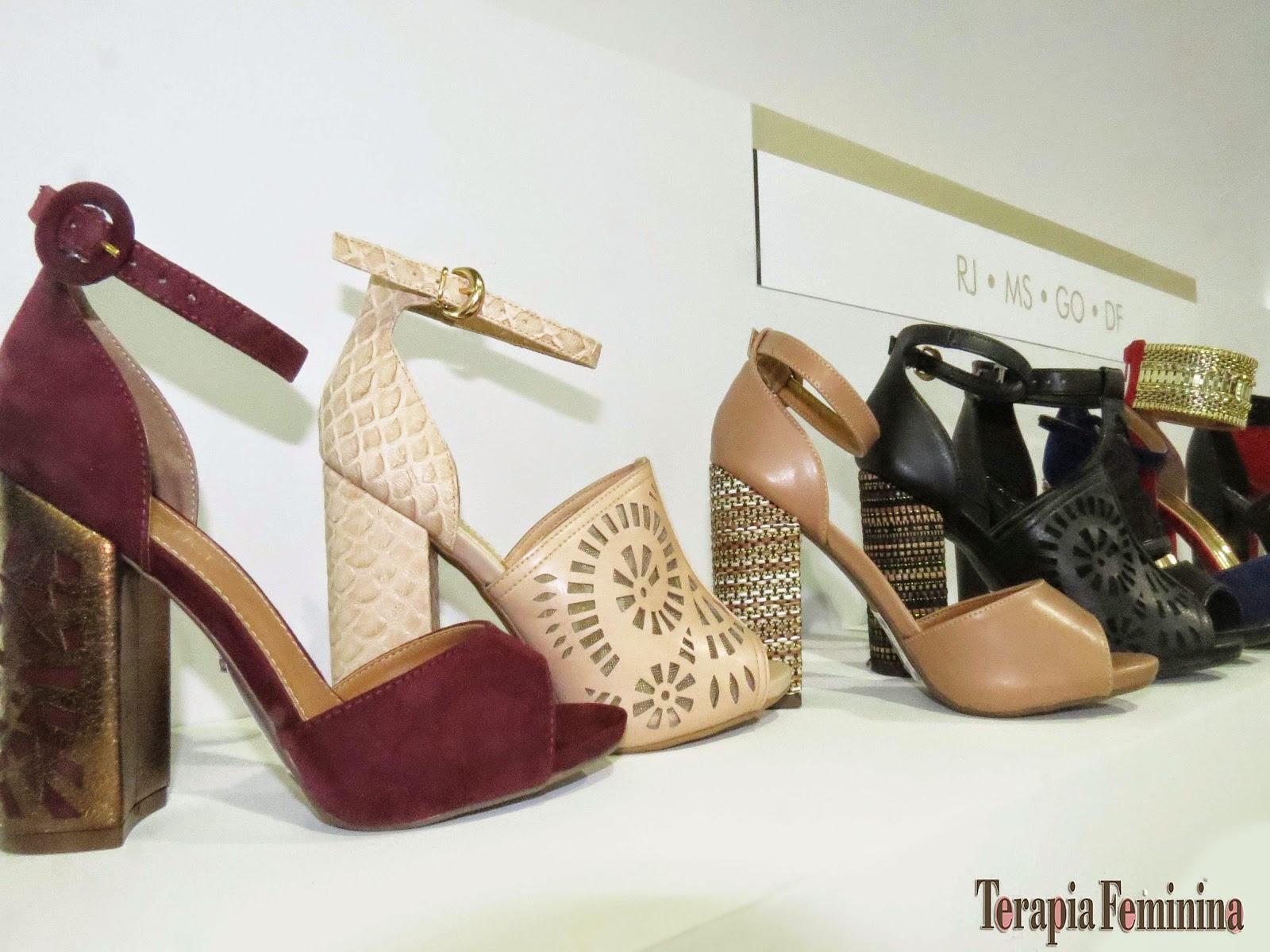 55f353e359 As novidades da marca de calçados femininos apostam em três tendências: Miss  Sixties, Dark Romance e Nature Life; que resultam em criações que desfilam  ...