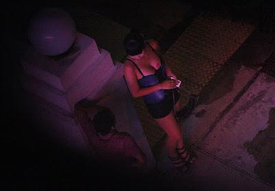 mujer negociando una noche de sexo