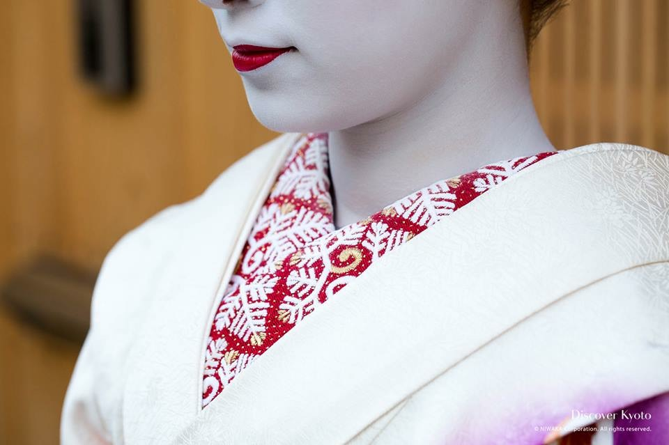 Maiko wear patterned collars utilizing the color red