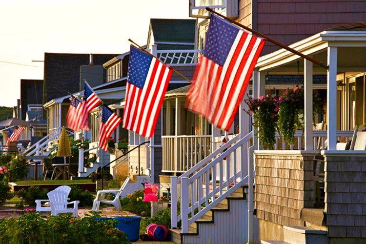 Bayraksız ev bulunmaz, ABD'deki her evin önünde Amerika Birleşik Devletleri'nin bayrağı yer alır.